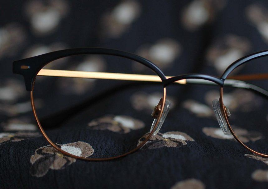 Glasögon av metall och titan